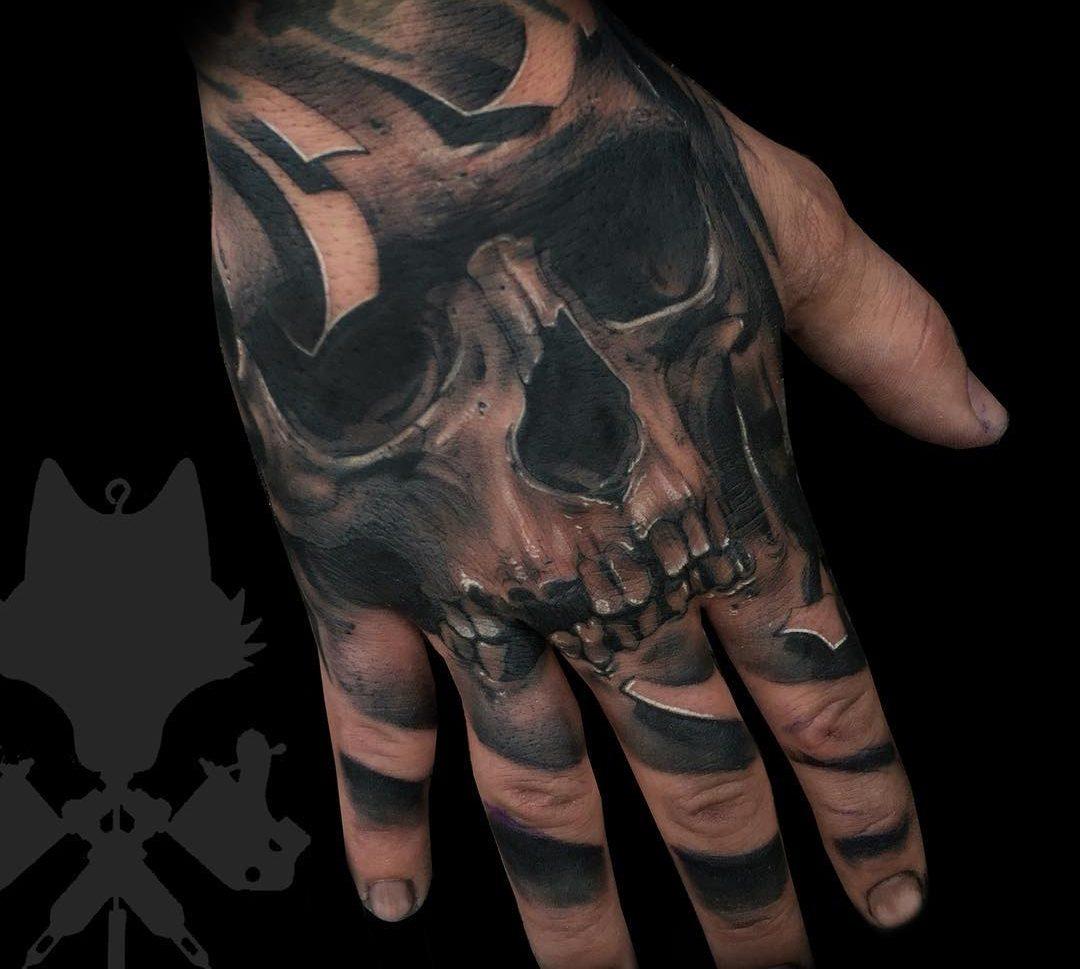 Calavera Mano Obsession Tattoo