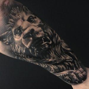 Tatuaje realista león blanco y negro