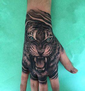 Tattoo en la mano cabeza de tigre