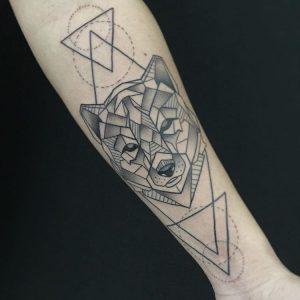 Tatuaje lobo geométrico en Obsession Tattoo Valencia