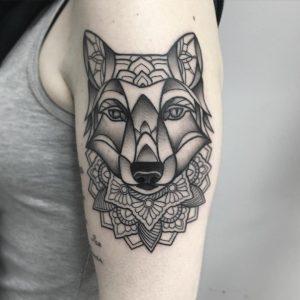 Tatuaje lobo geométrico en Valencia