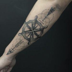 Tatuaje timón y flecha