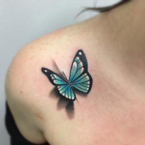 Tatuaje de mariposa a color con relieve