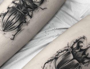 Tatuaje de escarabajo blackwork.