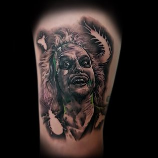 Tatuaje Beetlejuice en realismo.