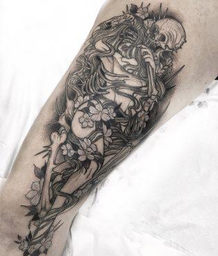 Tatuaje de calavera y chica en neotradicional blackwork.
