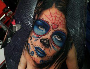 Tatuaje catrina a color en la mano.