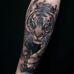 Tatuaje de tigre para hombre.