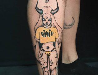 Tatuaje demonia con detalle de color.