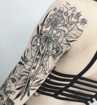 Tatuaje de espada neotradicional
