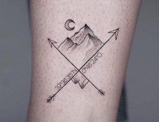 Tatuaje de flecha fine line.