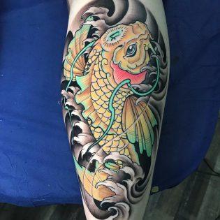 Tatuaje japonés neotradicional a color.