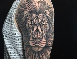 Tatuaje geométrico grande de león.
