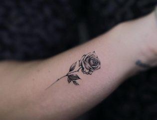 Tatuaje de rosa para mujer