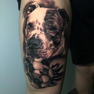 Tatuaje de perro en realismo.