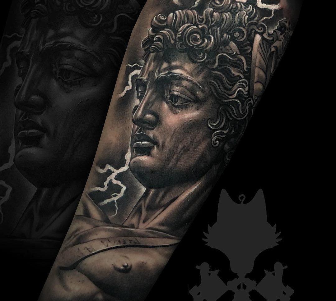 Tatuaje escultura en realismo blanco y negro.