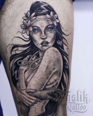 Tatuaje de sirena en blanco y negro.