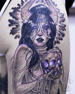 Tatuaje original de mujer realizado en el brazo.