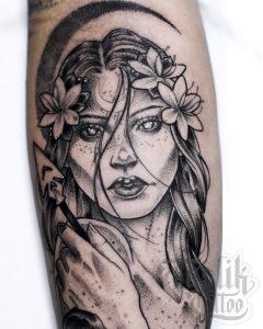 Tatuaje de mujer realizado en el brazo.