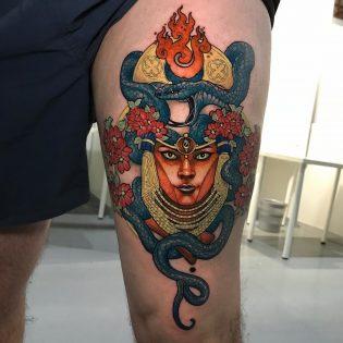 Tatuaje máscara a color neotradicional