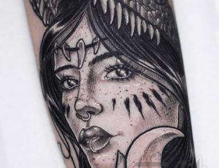 Tatuaje de mujer en realismo black and grey.