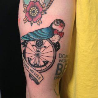 Tatuaje golondrina a color.