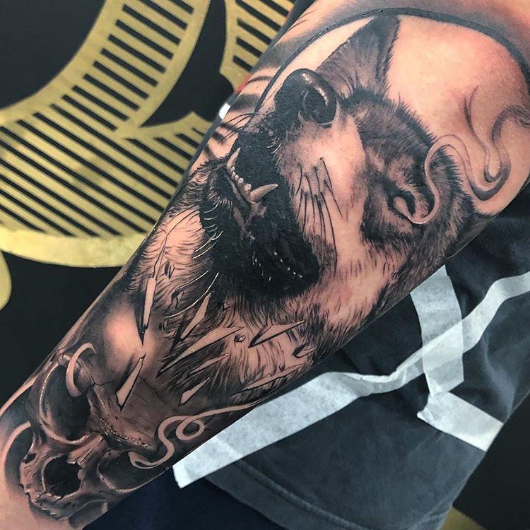 Tatuaje lobo en realismo para hombre.