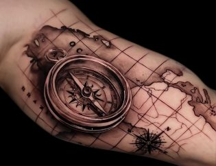 Tatuaje de brújula para hombre.