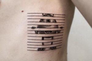 Tatuaje microrealista en blanco y negro.