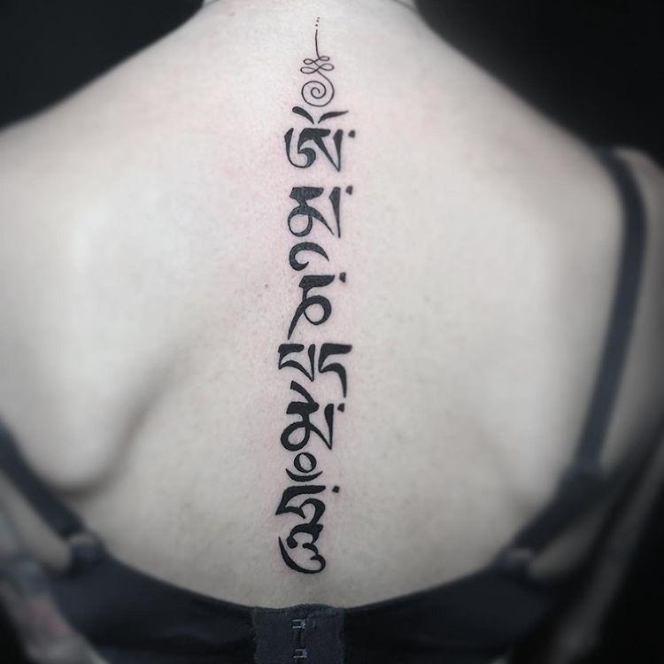 Tatuaje letras para mujer.
