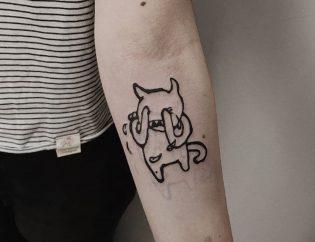 Tatuaje pequeño para mujer blackwork.