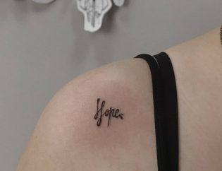 Tatuaje pequeño de letras.