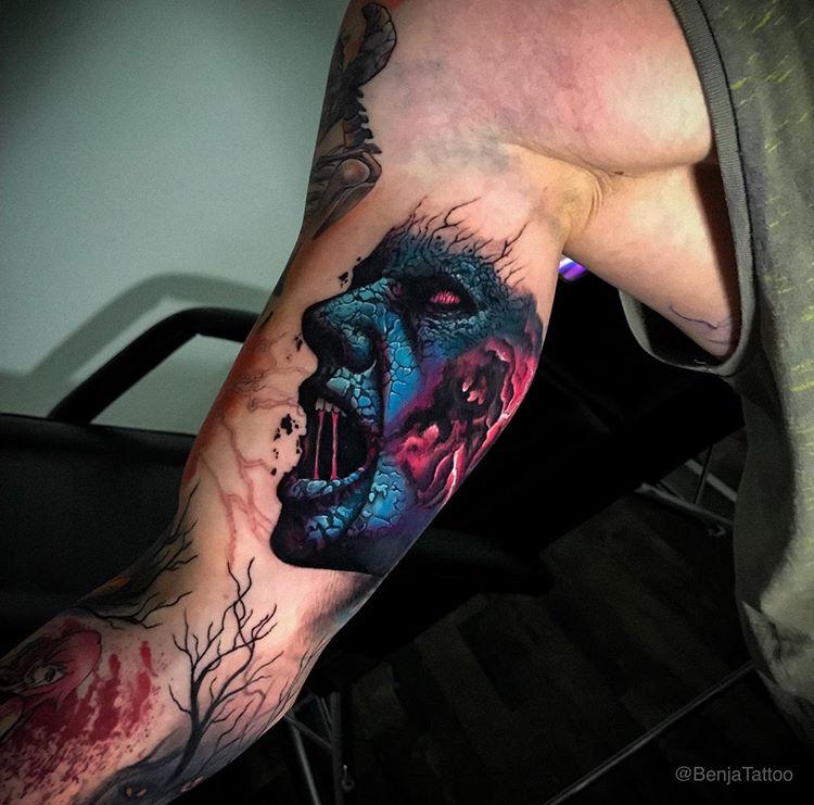 Tatuaje de hombre a color.