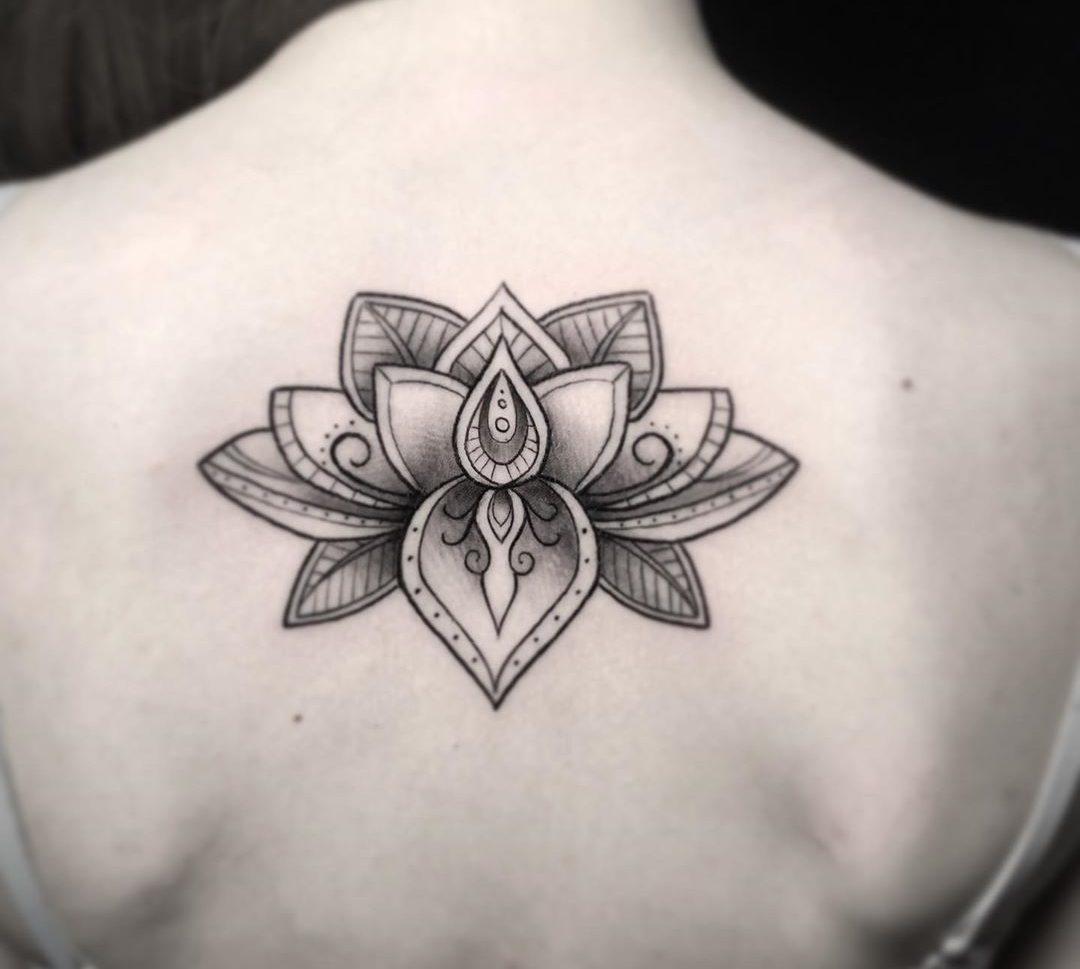Tatuaje flor de loto para mujer.