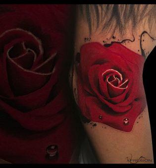 Tatuaje rosa para hombre.